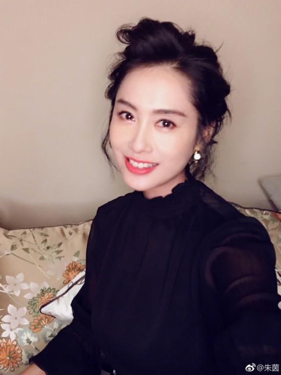 朱茵晒自拍妆容精致气质优雅 微微一笑很是明媚