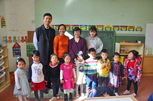 林總領事與華文學校學生合影。