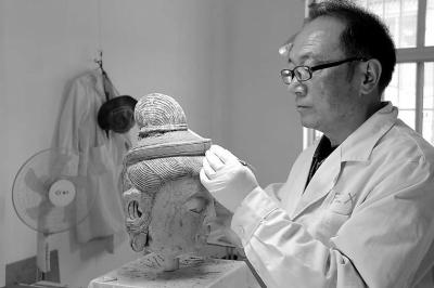 樊再轩与专家一起进行天梯山石窟胁侍菩萨塑像保护修复