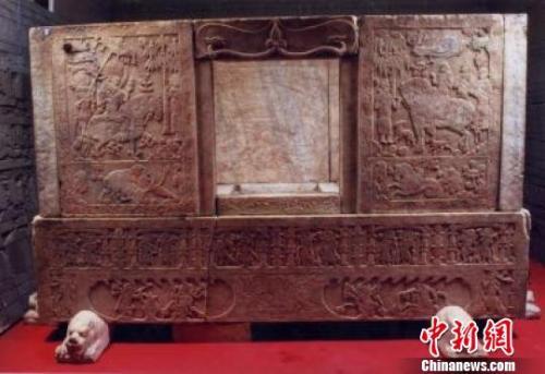 山西博物院正在处理隋代虞弘墓石椁部分石板边缘发生损伤的问题