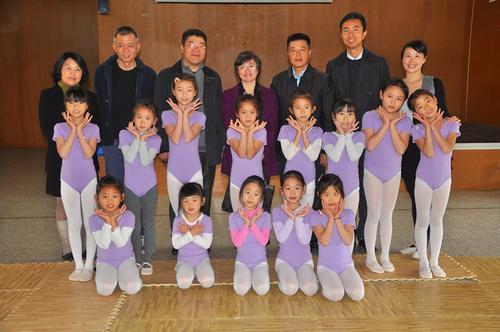 中國僑網林總領事一行與華文學校學生合影。