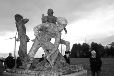 一战华工群雕塑像揭幕式在比利时西部波普林格市布思本村举行