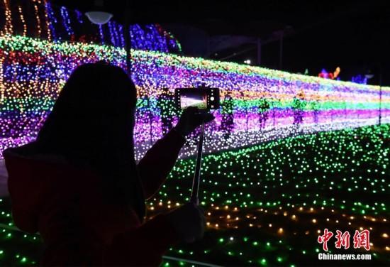 重庆一景区3000万盏彩灯打造梦幻灯光节吸引市民眼球