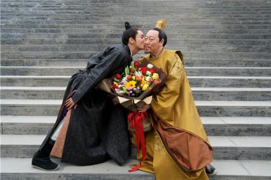 """《凰权・弈天下》片场照 陈坤""""献吻""""倪大红"""