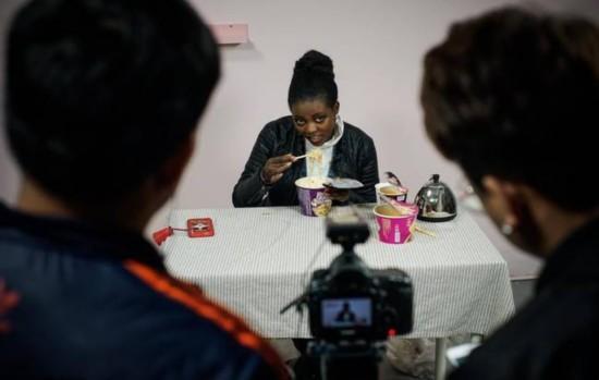 非洲女孩学当网红 起名若曦爱吃辣条