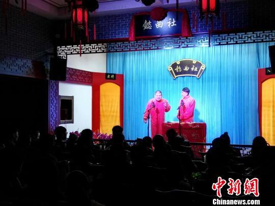 走进传统曲艺茶馆听相声、品曲艺,正成为年轻人的新时尚