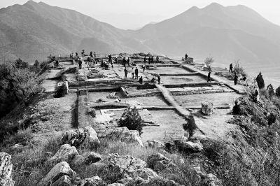 后寺庙被毁,仅存娘娘庙基址、琉璃瓦残件及石碑座2件