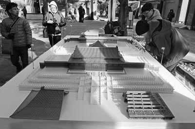 国际论坛的嘉宾在故宫数字所参观3D打印的微缩紫禁城