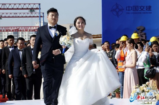 从全国12地飞来晋江 18对新人工地办婚礼