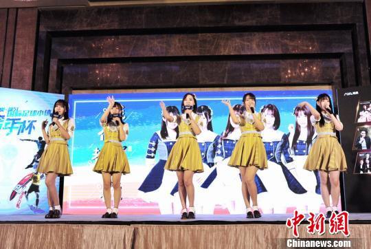 女子偶像团队GNZ48在发布会上表演 程景伟 摄