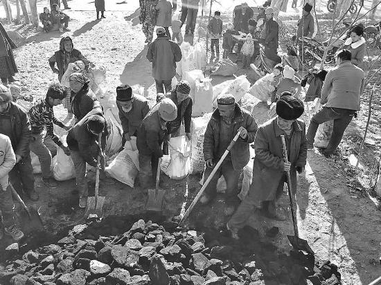 """新疆移动660吨""""暖心煤""""帮助村民温暖过冬"""