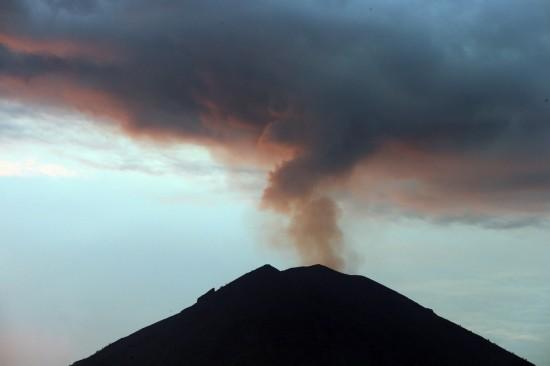 日在印度尼西亚巴厘岛卡朗阿森拍摄的正在喷发的阿贡火山.新华社/