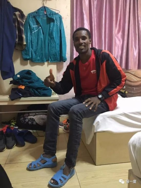 Ethiopian runner Amoni stays at a hotel when he participates in marathons in China. [Photo: Beijing Youth Daily]