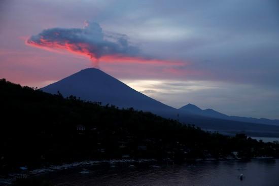 日在印度尼西亚巴厘岛卡朗阿森拍摄的阿贡火山.新华社/路透-印度