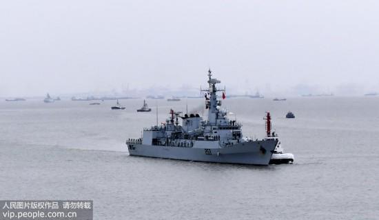 """""""赛伊夫""""号护卫舰从长江口驶入黄浦江。"""