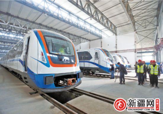 11月29日,几辆地铁列车停放在百园路车辆基地。 (记者蒋晓摄)