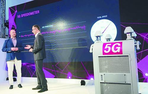 今年10月,德国电信在柏林展示欧洲首款5G移动天线技术。