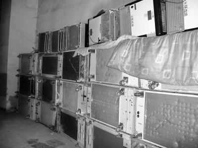 北京一小区车库里建冷库 群租房像迷宫