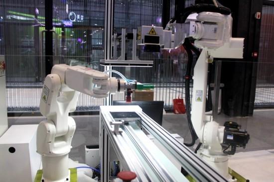 中国移动多项黑科技亮相乌镇世界互联网大会。两个机器人通过5G网络协同完成铜章的定制化雕刻。依托5G高上行速率,实现了工业视觉系统实时指导机器人自动取料操作。