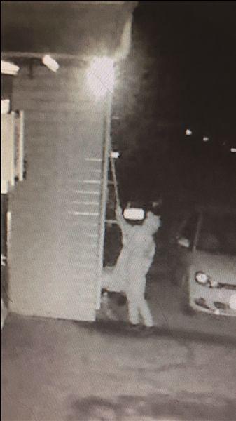 常州一盗贼穿雨披蒙头巾半年撬了60多辆汽车
