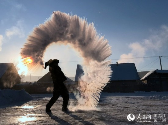 12月3日,在黑龙江省漠河县北红村,北极边防派出所官兵在-40℃极寒天气里,泼水成冰,挑战极寒。褚福超 摄