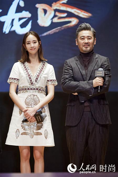 张钧甯亮相《虎啸龙吟》发布会 短发配白裙甜美优雅