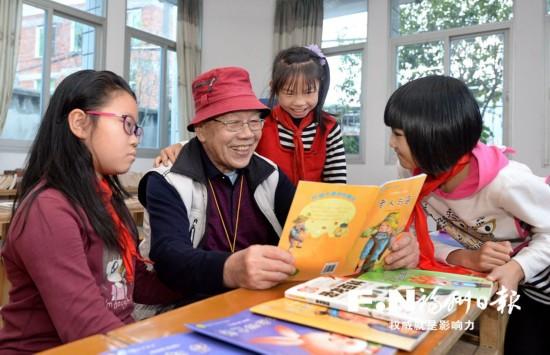 退休教师许志武办起图书馆 15年如一日热心公益