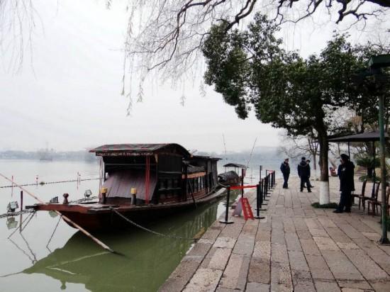 这是浙江嘉兴南湖上,按照当年画舫仿造的游船,供游人瞻仰