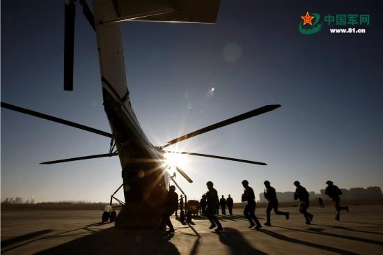直击中俄反恐特战精英直升机索降现场