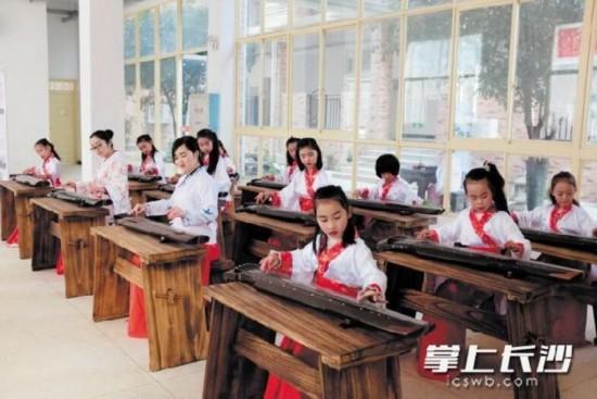 长沙市实验小学梅溪湖学校开设了古琴、湘绣、陶艺等多种多样的非遗课程。资料图片