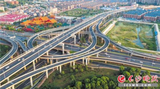 长沙近年来不断推进城市快速路改造,提升城区通行效率。图为改造后的万家丽快速路,极大地缓解了城东南北交通压力。