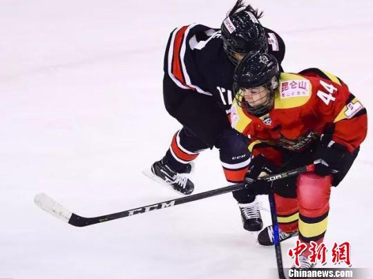 世界顶级女子冰球联赛首次迎来中国德比昆仑鸿星完胜