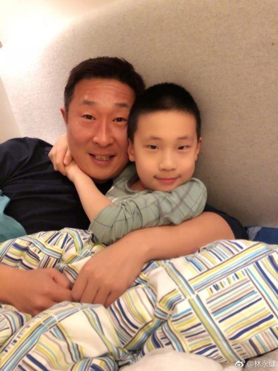 林永健晒与儿子赖床合照 基因强大似复制粘贴