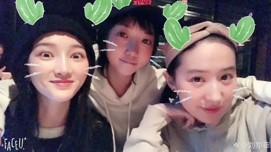 刘亦菲与闺蜜洪辰孟佳聚餐 卖萌合影十分可爱
