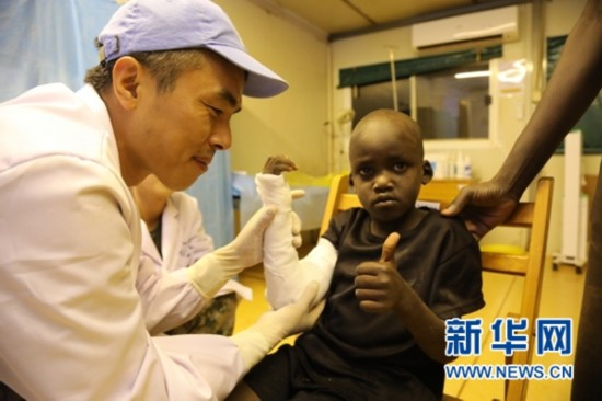 中国赴南苏丹维和医疗队紧急救治难民营受伤儿童