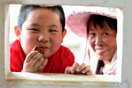 Ancient method used to produce brown sugar in China's Fujian