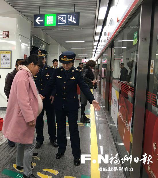 福州地铁文明新风逐渐形成 市民排队买票有序乘车