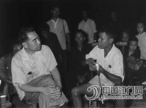 1958年7月2日,周总理与周汉华及家人、邻里在晒谷场上促膝谈心。前面放的就是总理送给周汉华的空气电池灯。
