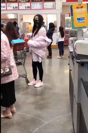 网友偶遇祖贤购物 穿粉色羽绒服身材纤细