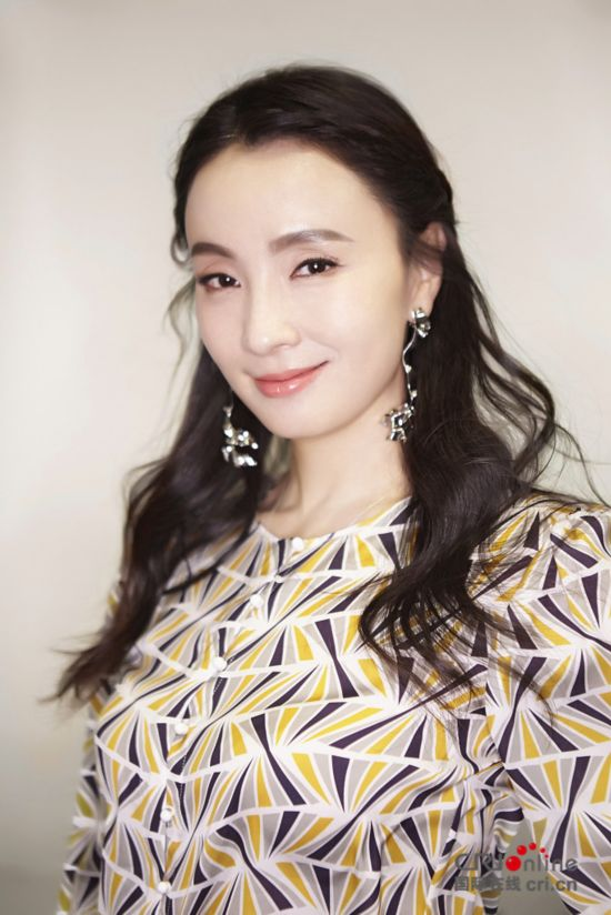 2017年12月12日讯,北京,日前,陶虹出席某杂志举办的影响力盛典。身穿复古衬衫、牛仔喇叭裤,窈窕身材尽显,一头精心打理的长卷编发,展现十足的浪漫少女气质。达生/视觉中国