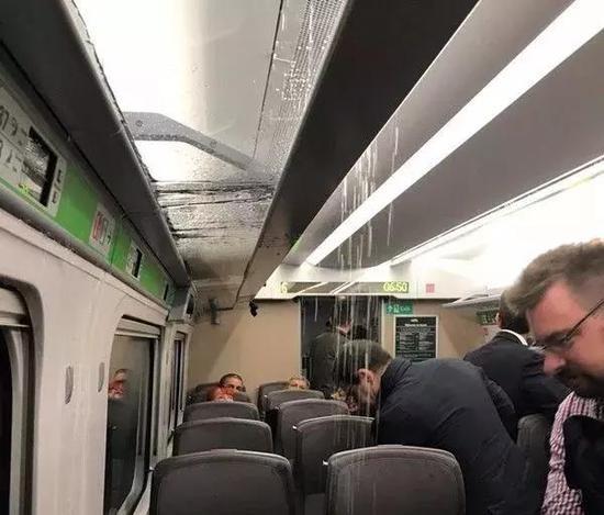资料图:10月16日,英国购日本高铁在英首次运行时空调突然漏水,乘客慌忙躲避。