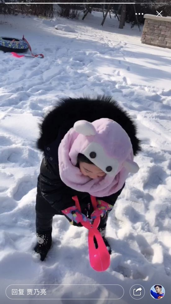 贾乃亮晒甜馨户外玩雪 被衣服裹成球表情可爱图片