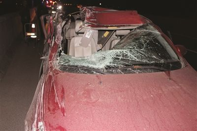 南京一司机醉驾一头撞上货车 车顶直接被撕开
