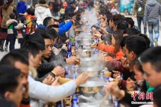 贵州千人牛瘪宴 侗族少女唱