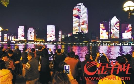12月6日,珠江北岸24栋建筑外墙上演灯光动画,吸引了大批市民拍照留念
