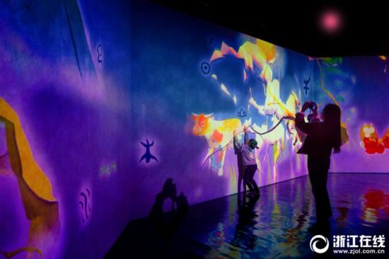 展览以万花筒般的绚丽色彩以及多种感官结合为特色