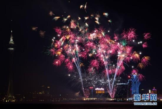 (XHDW)澳门举行烟花汇演庆祝回归祖国18周年
