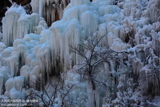北京:神泉峡涌现冰瀑奇观