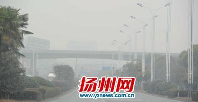 昨天,扬城遭遇雾霾天气。程曦摄