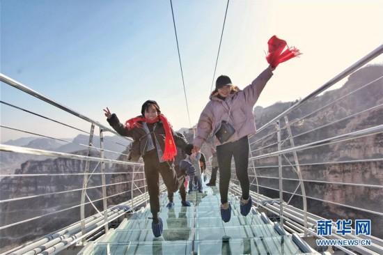 #(社会)(2)河北平山:全长488米悬跨式玻璃桥正式开放